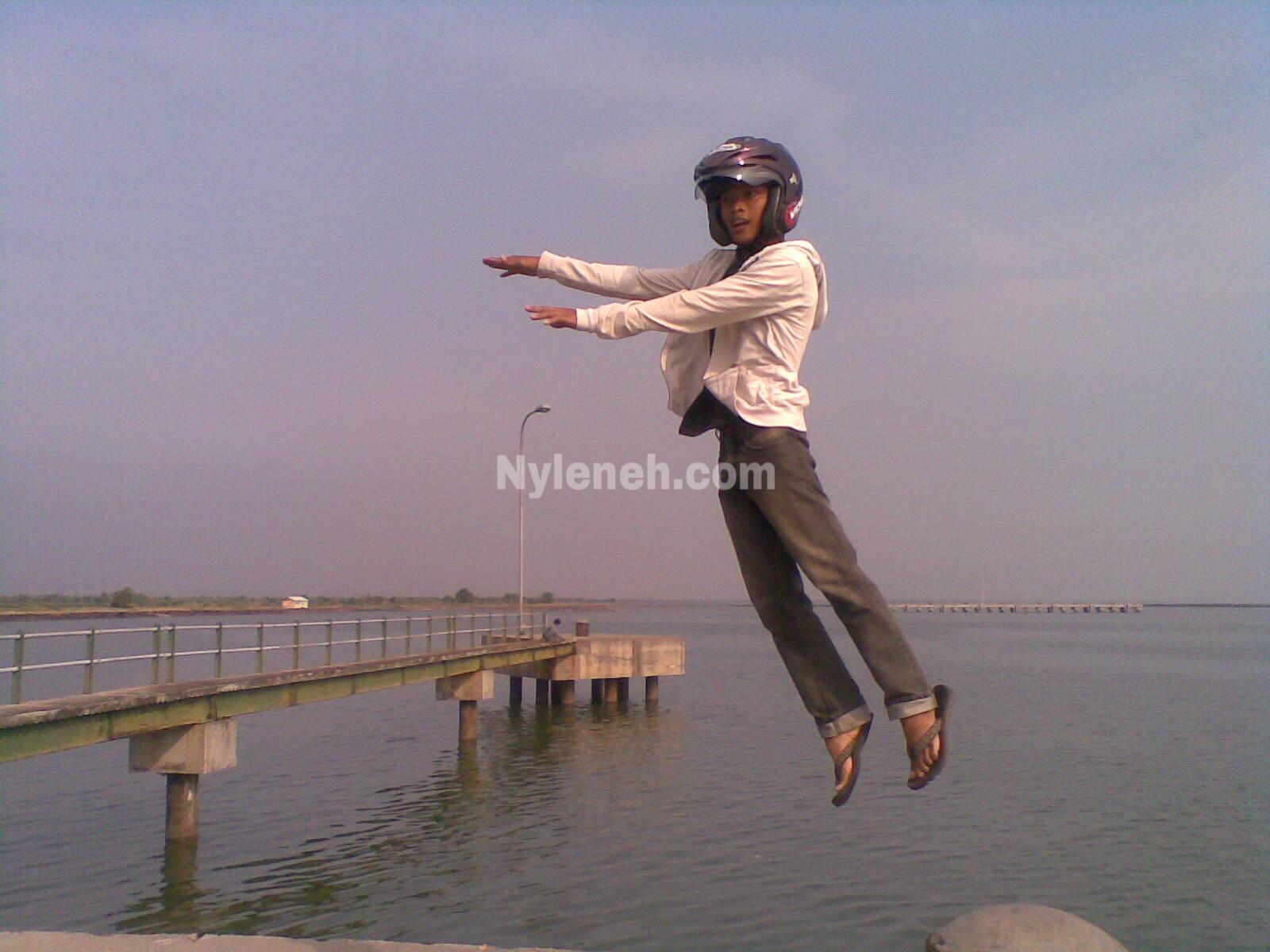 Manusia Bisa Terbang Pakai Helm Ajaib